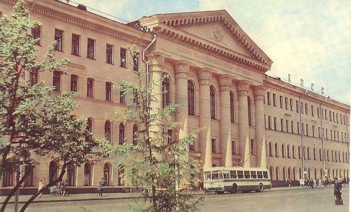 Фото середины 70-х годов. Долгое время на крыше института располагался лозунг — «Слава КПСС»
