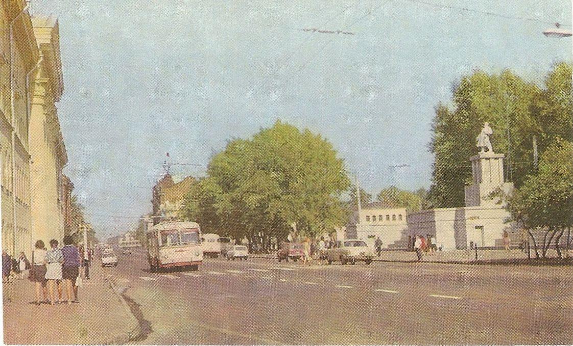 Бывшая площадь Революции, сейчас — Новособорная. Напротив здания вуза — трибуна и памятник В.И.Ленину